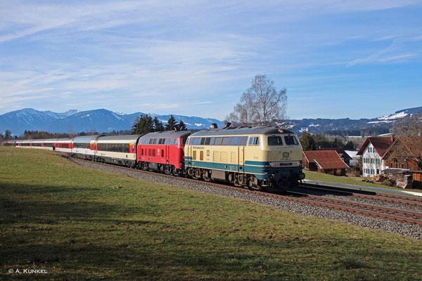 218 460 und 218 402 am 03. März 2019 vor EC 191 nach München bei Waltenhofen. Nächster Halt ist in wenigen Minuten Kempten.