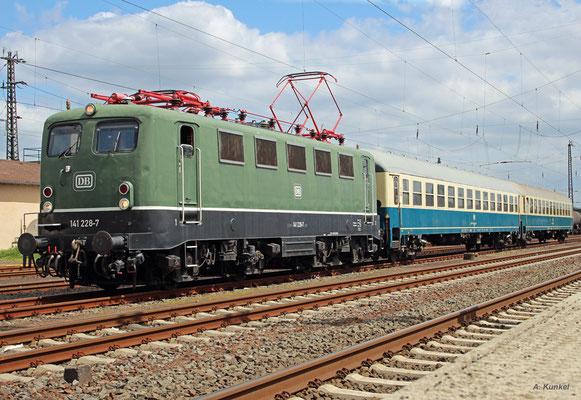 Das Team des Eisenbahnmuseums Darmstadt-Kranichstein ist am 14. Mai 2016 mit der Überführung einiger Fahrzeuge nach Königstein beschäftigt. Mit dabei ist auch 141 228, die in Hanau wartet, während V122 einige Wagen aus dem BW abholt.