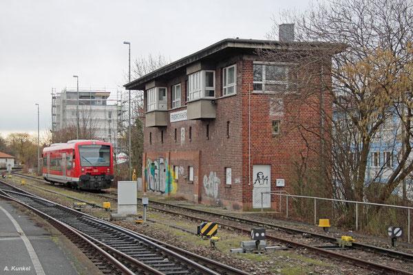 Hier steht nun 650 112 unterhalb des Stellwerks und wartet auf den nächsten Einsatz (Friedrichshafen Stadt, 09. Februar 2016).