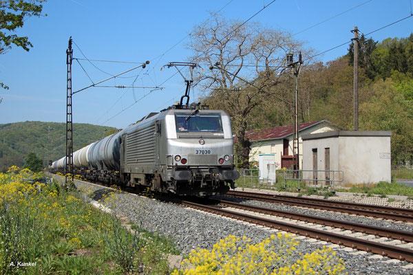 Die französische akiem 37030 rollt am 06. Mai 2016 mit einem Ölzug bei Gambach durchs Maintal gen Süden.