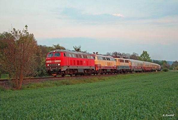 218 460 und 218 105 überführen am Abend des 01. Mai 2016 mehrere Fahrzeuge des DB Museums von Miltenberg nach Aschaffenburg, die auf dem Jubiläumsfest der Westfrankenbahn ausgestellt waren. Die Aufnahme entstand bei Sulzbach.