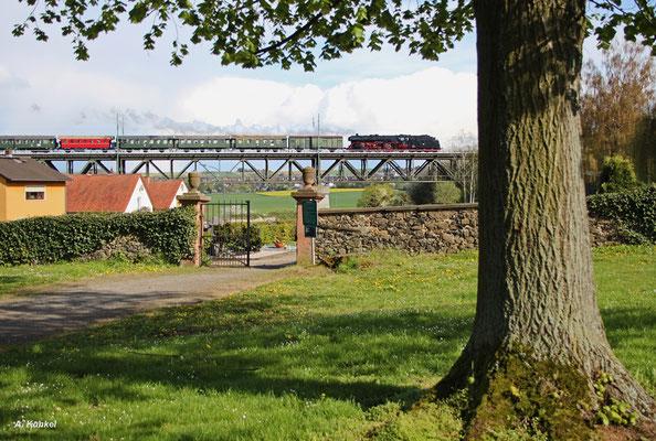 Auf dem Weg nach Hanau überquert der Sonderzug mit 03 1010 am 23. April 2016 auch das Viadukt in Assenheim.