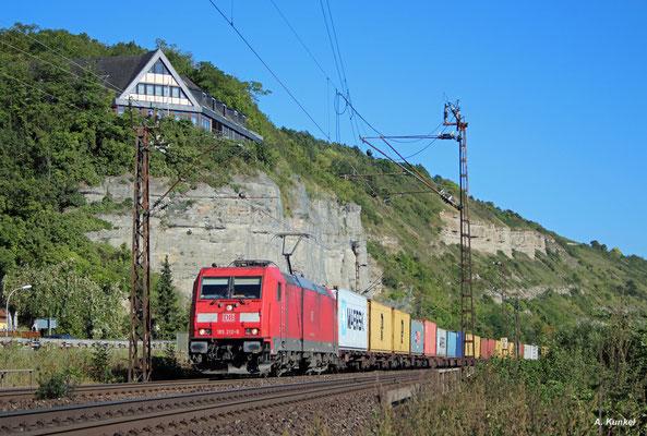 185 212 mit einem Containerzug am 24. August 2016 in Retzbach-Zellingen unterhalb der Benediktushöhe.