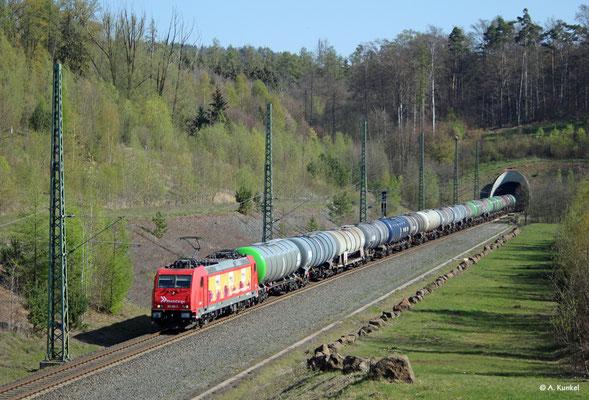 """185 586 mit """"Heizprofi""""-Reklame am 16. April 2019 südlich des Schlüchterner Tunnels."""