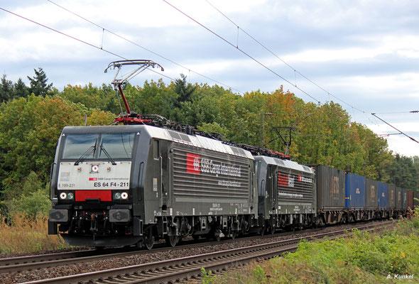 """189 211 und 189 290 (""""Rastattless""""), beide vermietet an die SBB Cargo, bringen mit vereinten Kräften einen Containerzug durch Bischofsheim (05. Oktober 2017)."""