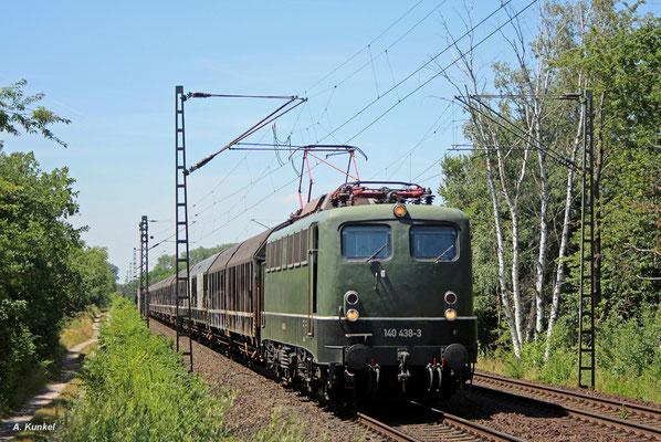140 438 der Bayernbahn zieht am 05. Juli 2017 in ihrer klassischen grünen Lackierung den Henkelzug bei Babenhausen gen Wassertrüdingen.
