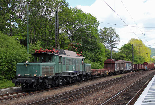 194 158 hat mit ihrem Fotogüterzug nach der Talfahrt den Bahnhof Laufach erreicht (25. Mai 2017).