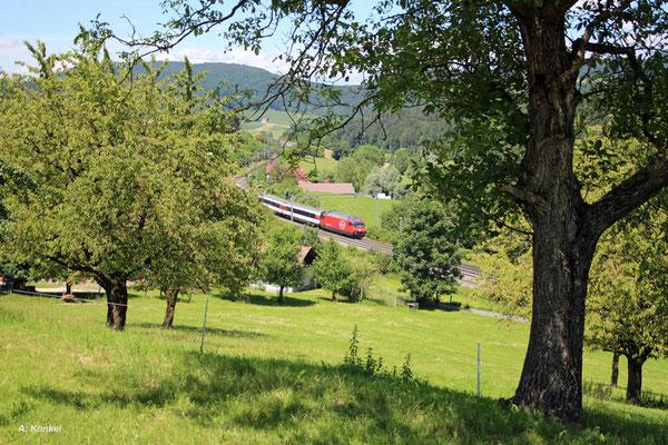 """Re460 016  """"Rohrdorferberg Reusstal"""", der Prototyp 2 für die vollständige Modernisierung der LOK 2000, mit großem SBB-Signet auf der Front vor IR 1973 Basel SBB - Zürich HB am 04. Juli 2016 bei Zeihen am Bözberg in der Schweiz."""