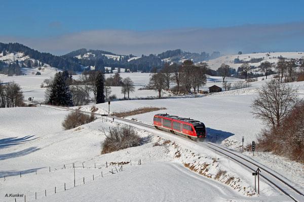642 212 ist am 3. Januar 2017 als RB 5478 nach Kempten unterwegs im herrlichen Allgäu. Soeben hat der Zug den Bedarfshalt von Maria Rain hinter sich gelassen.
