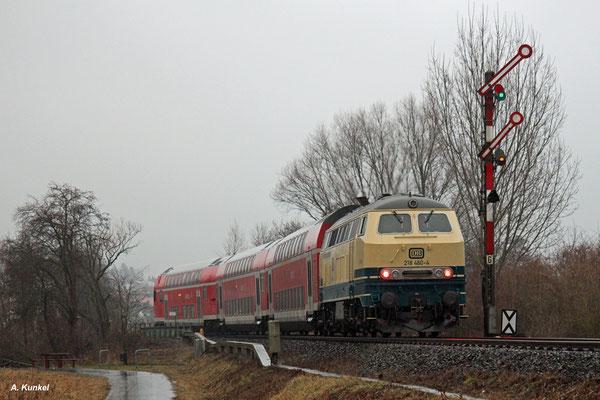 Im Januar 2017 kehrt wegen Desiro-Mangels die 218 für eine Woche auf das Stockheimer Lieschen zurück. 218 460 der Westfrankenbahnm übernimmt einige Leistungen zwischen Frankfurt und Stockheim. Am 30. Januar 2017 passiert sie das verregnete Einfahrsignal.