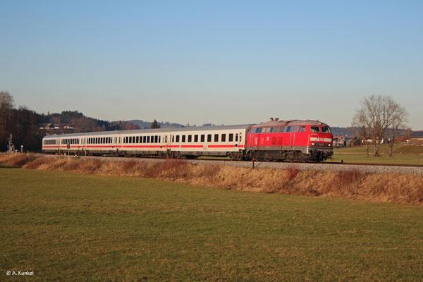 218 824, eine der Fernverkehrs-Abschlepp-218, bringt am 2. Januar 2020 den IC 2085 nach Oberstdorf, hier in Stein bei Immenstadt.