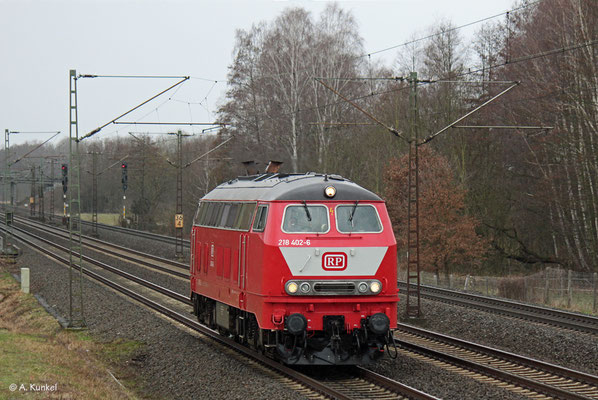 Am 20. Februar 2020 ist 218 402 bei Langenselbold auf dem Weg zu Fristarbeiten nach Gotha.