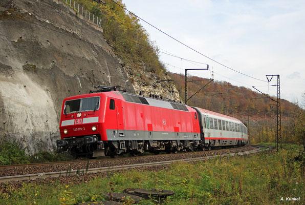 120 119 hat IC 118 nach Münster am Haken, als sie am 21. Oktober 2017 die Geislinger Steige hinabrollt.