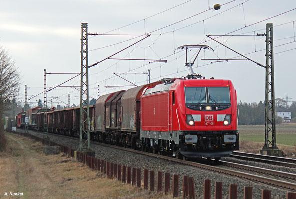 187 108 zieht ihren gemischten Güterzug am 26. Januar 2017 bei Wolfskehlen über die Riedbahn Richtung Rheintal.