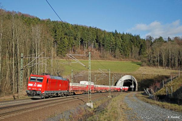 Bei strahlendem Sonnenschein verlässt 185 196 mit EZ 51199 (Seelze - Nürnberg Rbf) am 08. Januar 2016 den Ramholztunnnel.