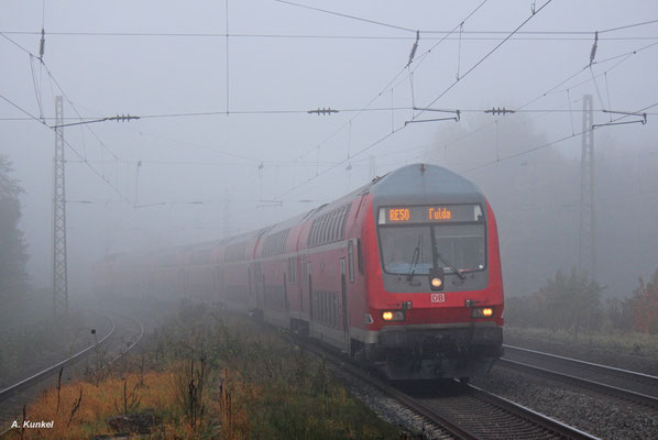 Der Morgen des 18. Oktober 2017 verhieß gutes Wetter und Sonnenschein. Doch in Wirtheim im Kinzigtal angekommen zeigte sich eine dicke Nebelsuppe, durch die der RE nach Fulda sich kämpfen muss.
