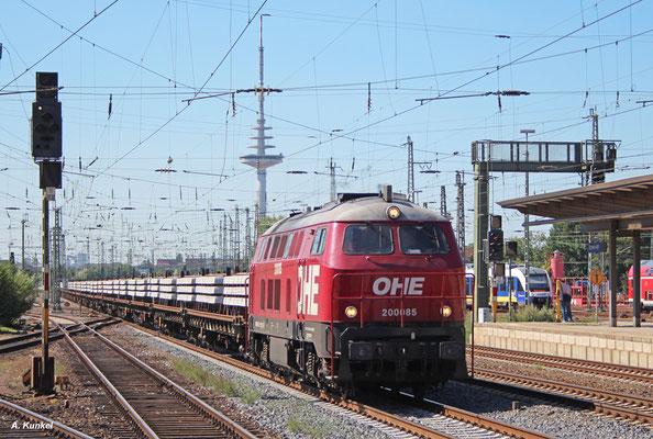 Ehemalige Bundesbahn-Diesel Teil 2: Lok 200058 der OHE, bis 1998 als 216 121 bei der DB unterwegs, mit einem Schwellenzug am 20. Juli 2016 in Bremen Hbf. Am Zugschluss schiebt mit Lok 1402 die ehemalige 112 378 der Deutschen Reichsbahn.