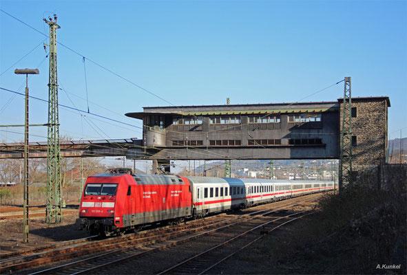 101 059 verlässt am 17. März 2016 mit IC 2012 nach Magdeburg den Hauptbahnhof in Bingen. Dabei bildet das alte Reiterstellwerk die Kulisse.