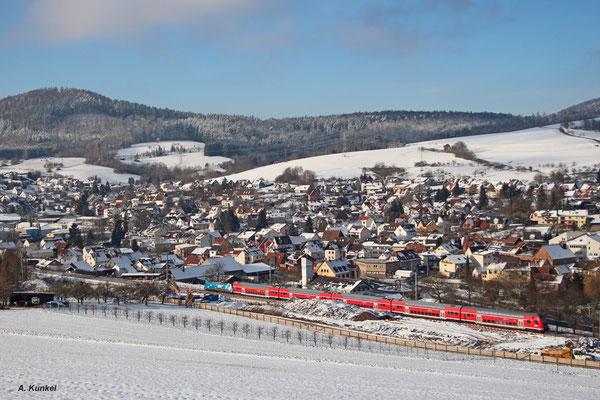 """146 246 """"Bahnland Bayern"""" rollt mit RE 4614 bei Laufach die Spessartrampe hinab. Entlang der Strecke sind die Spuren der Bauarbeiten zur neuen Trasse zu erkennen (18. Januar 2016)."""