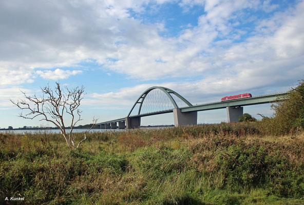 Große Brücke, kleiner Zug: RB 21758 nach Puttgarden überquert am 18. September 2017 den Fehmarnsund und erreicht gleich die Insel Fehmarn.