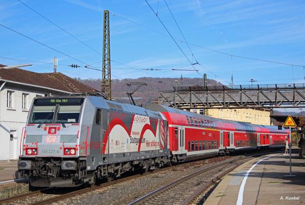 146 227 im Werbeoutfit für Stuttgart 21 steht am 21. Oktober 2017 mit ihrer RB nach Ulm in Geislingen an der Steige. Die Lok ist in Freiburg zuhause.