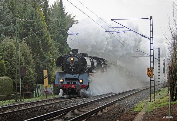Mit kräftiger Rauchfahne durchfährt 03 1010 am 02. Dezember 2017 Hanau Wilhelmsbad.
