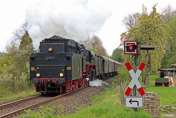 Gegen späteren Nachmittag ist 03 1010 mit dem Sonderzug aus Stockheim bei Effolderbach auf dem Weg zurück nach Hanau (23. April 2016). Leider fährt die Lok auf der Rückfahrt Tender voraus.