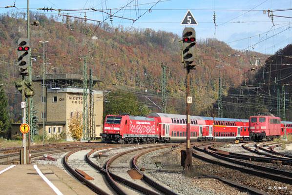 """146 209 """"DB Regio Baden-Württemberg"""" rollt am 21. Oktober 2017 mit ihrem Zug am Stellwerk Geislingen/Steige vorbei und erreicht gleich den Bahnsteig."""