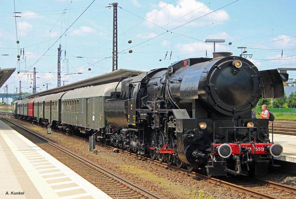 Die CFL-Dampflok 5519 ist am 25. Mai 2017 mit einem Sonderzug im Pendelverkehr zum Abschied von der Spessartrampe in Laufach unterwegs. Hier steht der Zug abfahrbereit in Aschaffenburg Hbf.