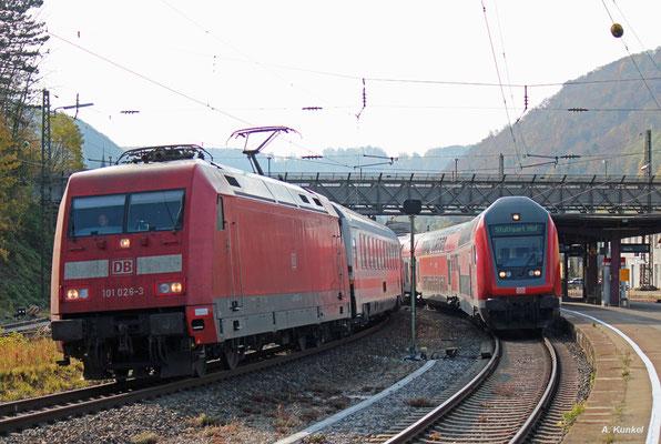 101 026 darf mit ihrem IC die in Geislingen/Steige wartende RB nach Stuttgart überholen (21. Oktober 2017).