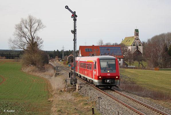 """611 521/021 ist am späten Nachmittag des 31. März 2016 als IRE 22310 Neustadt i. Schw. - Rottweil unterwegs. Am Einfahrsignal von Löffingen hat er die Wallfahrtskirche """"Witterschneekreuz"""" bereits hinter sich gelassen."""
