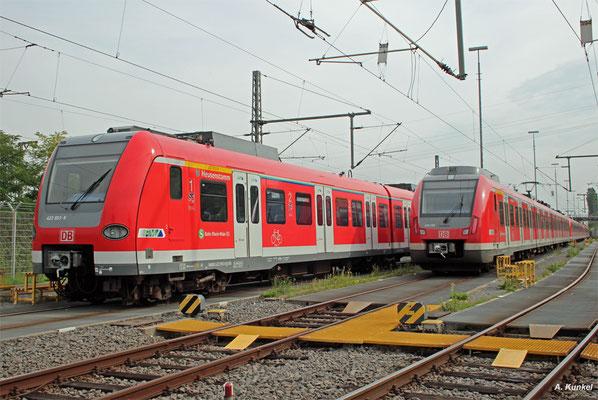 """423 453/953 """"Heusenstamm"""" ist der einzige auf einen Städtenamen getaufte Triebzug der S-Bahn Rhein-Main. Am 24. August 2017 steht er neben 430 183 in Offenbach-Ost und wartet auf den nächsten Einsatz."""