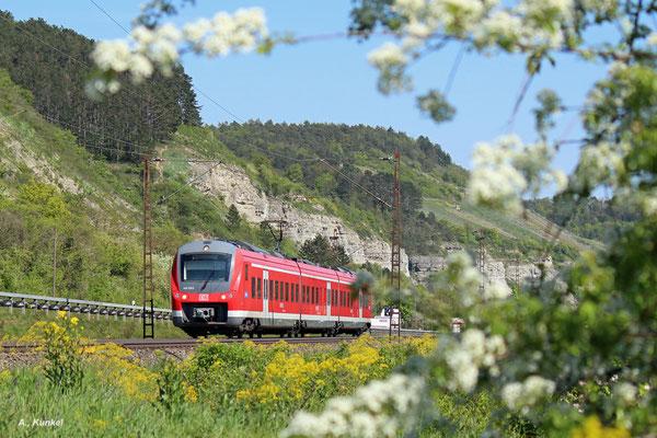 440 319 ist am 06. Mai 2016 unterwegs als RB 58048 nach Gemünden. Gleich erreicht der Triebwagen den Halt in Karlstadt.