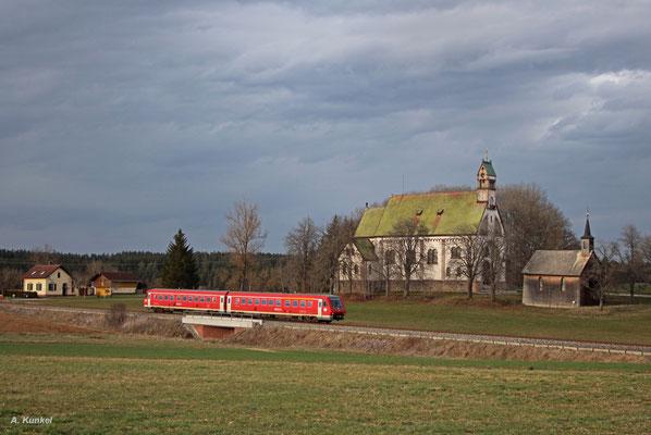 """Dieser Neitech-Triebwagen fährt am 31. März 2016 als IRE 3217 nach Ulm. Die Kirche """"Witterschneekreuz"""" macht das Erreichen von Löffingen deutlich."""