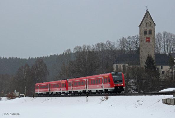 612 153 und ein weiterer 612 fahren am 01. März 2019 als RE 3882/3982 nach Ulm. Im strömenden Regen passieren sie die Kirche von Stein bei Immenstadt.