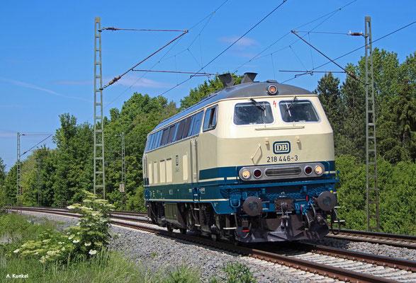 218 446 von DB Regio Kempten fährt am 19. Mai 2020 frisch lackiert als Zug 71349 von Siegen nach Kempten, hier bei Bruchköbel.