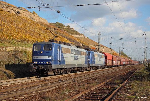 151 024 und 151 084 bringen am 02. November 2017 mit vereinten Kräften einen Kohlenzug ins Ruhrgebiet, hier bei Rüdesheim.