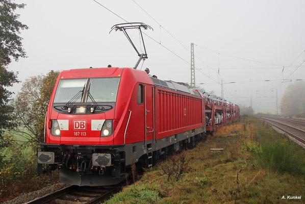Als 187 113 am 18. Oktober 2017 zur Überholung in Wirtheim an den Bahnsteig rollt, kommt so langsam die Sonne durch den Nebel.