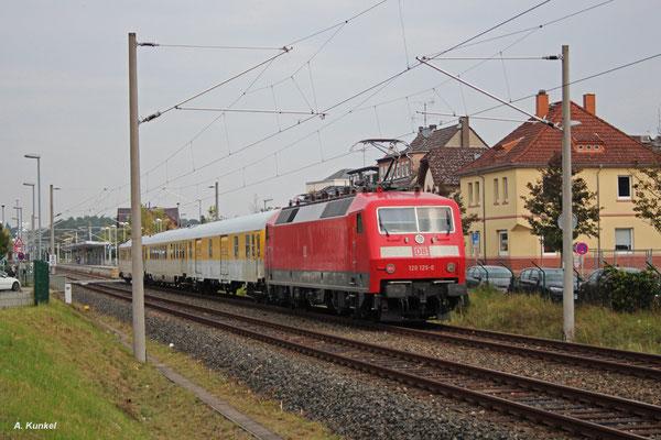 120 125 schiebt ihren Messzug am 28. September 2017 durch Heusenstamm.