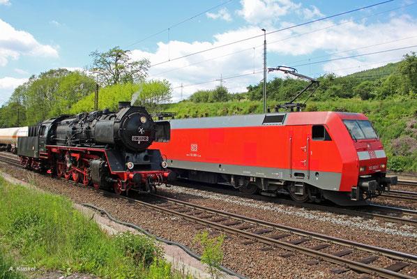 Zwei Generationen Güterzugloks: 50 3552 der Museumsbahn Hanau und 152 069 von DB Cargo stehen am 25. Mai 2017 in Laufach nebeneinander.