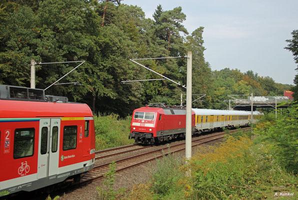 Auf ihrer letzten Runde nach Dieztenbach begegnet 120 125 bei Heusenstamm dem 423 912 (28. September 2017).