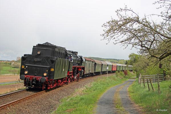 Zum Bahnhofsfest in Glauburg-Stockheim reist am 23. April 2016 auch die Museumseisenbahn Hanau mit der angemieteten 03 1010 an. Am Nachmittag kehrt die Lok samt Zug von einer Fahrt nach Büdingen zurück nach Glauburg-Stockheim.