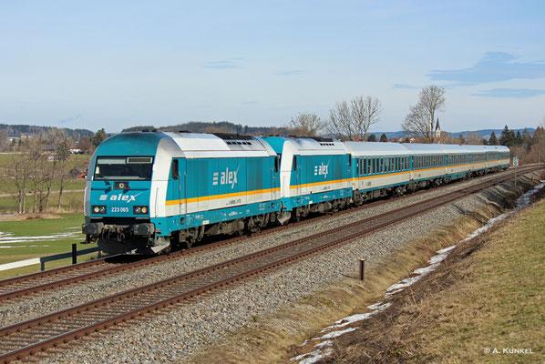 223 065 hat ALX 84106 und 223 070 am Haken, als sie am 03. März 2019 bei Waltenhofen in Richtung Immenstadt rollt.
