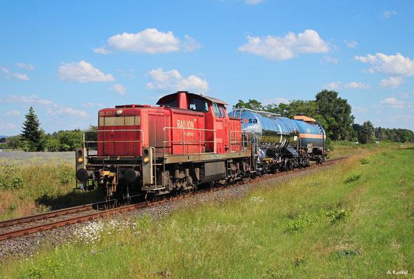 Wegen Bauarbeiten wurde die Übergabe von/zur Firma Sappi in Stockstadt (Main) am 12.06.2020 über Babenhausen und Hanau umgeleitet. So kommt 294 877 mit ihren beiden Kesselwagen nach Hainstadt (Kr. Offenbach).