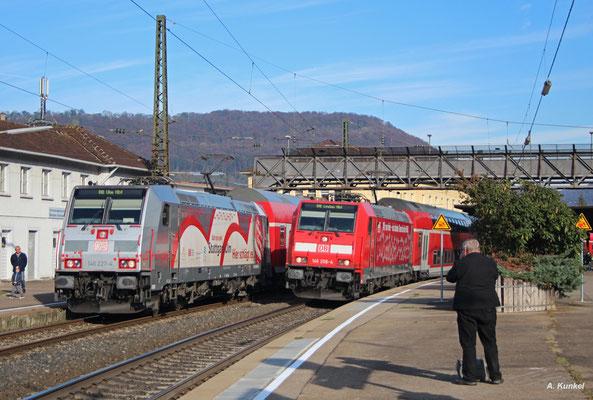 Auf dem Nachbargleis neben 146 227 rollt 146 208 mit dem IRE nach Lindau ein, was auch von einem älteren Hobbykollegen festgehalten wird (Geislingen/Steige, 21. Oktober 2017).