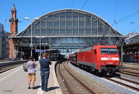 152 080 mit einem weiteren der unzähligen Autozüge aus Bremerhaven am 20. Juli 2016 in Bremen Hbf.