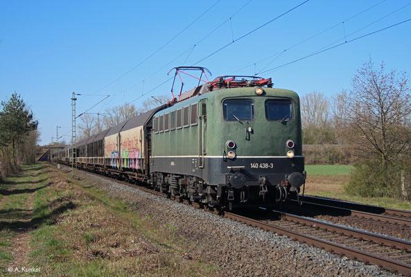 140 438 mit dem Henkelzug am 1. April 2020 in Babenhausen.