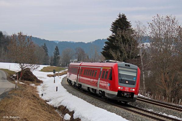 """Bei Trieblings legt sich 612 090 """"Lindau"""" in die Kurve. Er fährt am 02. März 2019 als RE 3987 in seine namensgebende Patenstadt."""