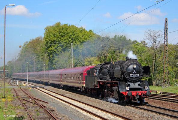 50 3552 hat den Sonderzug in Hanau übernommen und ist jetzt auf dem Weg nach Miltenberg, hier bei der Durchfahrt in Kahl am Main (06. Mai 2017).