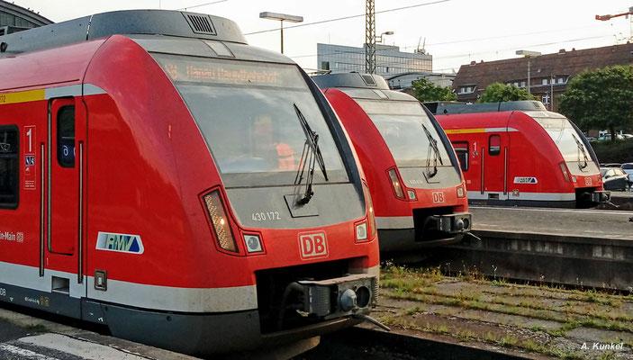 Familientreffen in Wiesbaden Hbf: Am 25. August 2017 treffen sich 430 172, 430 614 und 430 600 an den Bahnsteigen (Handyfoto).